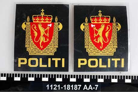 FORFALSKET: Den terrorsiktede 32-åringen skal ha skannet inn og printet ut disse politiemblemene. (Foto: Politiet)
