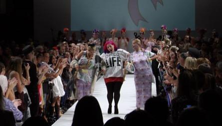 OSLO FASHION WEEK: I mandagens episode av «FAM» på TV 2 Bliss får vi være med når motedesigner Fam Irvoll holder visning under Oslo Fashion Week.