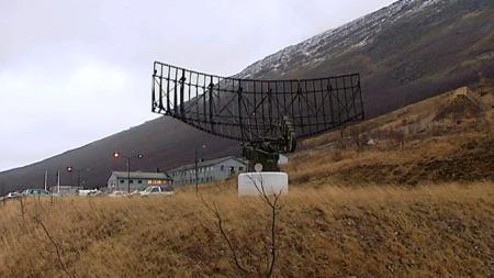 TRUET AV NEDLEGGELSE: Forsvarssjefens forslag om å legge ned Luftforsvarets radar- og varslingsstasjon i Sørreisa vekker sterke reaksjoner på basen. (Foto: Anders Mildestveit/TV 2)