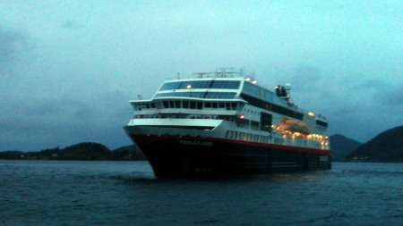 ØRNES: Hurtigruten legger til kai i Ørnes sør for Bodø fredag   morgen. (Foto: Roy-Arne Salater / TV 2)