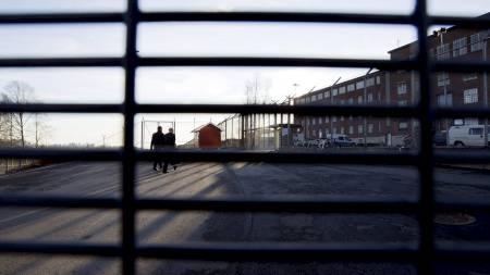 BYGGER SPESIALAVDELING: Anders Behring Breivik soner ved Ila fengsel. Her er advokat Geir Lippestad og Tord Jordet på vei inn til et møte med Breivik. (Foto: Roald, Berit/Scanpix)