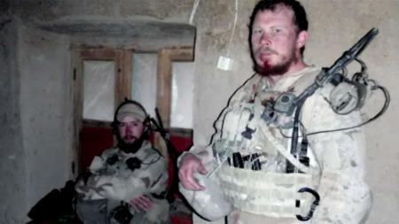 DREPT: Simen Tokle (t.v.) og Christian Lian (t.h.) like etter kampene 2. mai 2010. Få uker senere ble begge drept i et veibombeangrep.  (Foto: Kystjegerkommandoen)