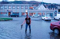 Silje Beate Mork plukker tang på parkeringsplassen utanfor Kaffikari i Ulsteinvik fredag. (Foto: Kari Latte)