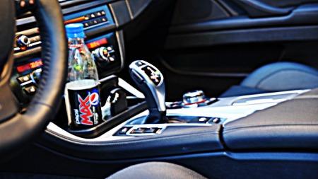 Koppholderen til BMW er foran girspaken, og ikke i veien når du skal ha armen på midtarmlenet.