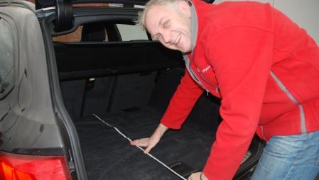 Benny måler hvor dypt bagasjerommet på BMWen er - og kan avsløre at det er mindre dypt enn i Audien.
