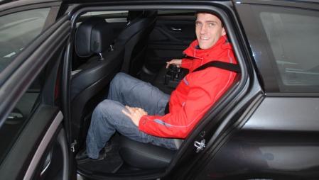 I BMW-en er utformingen på ryggen til forsetene slik at plassen oppleves litt mer rommelig.