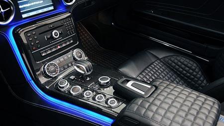 Karbon, skinn og børstet aluminium preger midtkonsollen, som ser ganske annerledes ut enn de gjorde i biler for bare 10-15 år siden. Begrepet