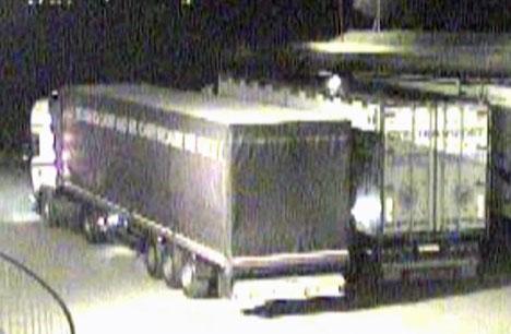 Dette bildet fra overvåkningskameraet hos Gilseth transport viser hvordan en rumensk vogntogsjåfør parkerer på området til firmaet, inntil et annet kjøretøy, og deretter stjeler drivstoff. (Foto: PRIVAT)