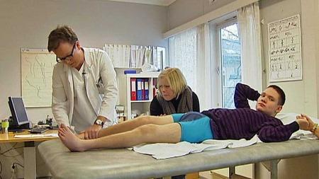 IKKE OPTIMISTISK: Kirurg og overlege Olav Wiig tør ikke love Fredrik når han vil få operasjon. I mellomtiden må han leve med smertene.  (Foto: Sveinung Kyte/Kristian Myhre )