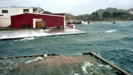 HØGT VATN: Vatnet står framleis høgt ved Mortsund, men i dag, laurdag, reknar ein med det er Harstad og Tromsø som får høgast vatn. (Foto: Kai Nikolaisen/Lofotposten)