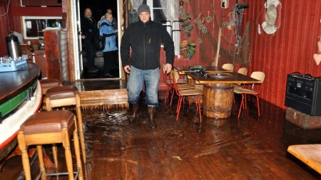 MÅTTE EVAKUERA: Jason Sowerby, dagleg leiar av Kræmmarvika rorbuer ved Ballstad måtte evakuera jolabordsgjestene ved rorbuene sine då vatnet byrja å komma inn i rorbuene.  (Foto: Kai Nikolaisen/Lofotposten)