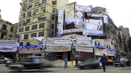 VALGKAMP TROSS PROTESTER: Valgplakatene henger som et lappeteppe i Kairo. (Foto: MAHMUD HAMS/Afp)