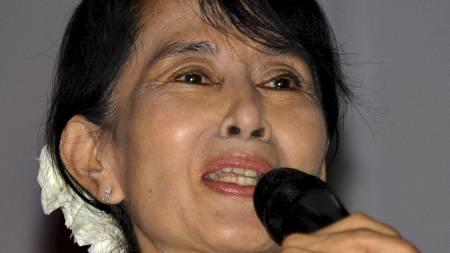 INSPIRASJON: Clinton skal ha en privat middag med opposisjonsleder  Aung San Suu Kyi. Hun sier at hun anser fredsprisvinneren som er personlig inspirasjon.  (Foto: Soe Than WIN/Afp)
