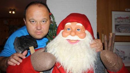 ENGASJERT: Bjørn, som også driver julenisseutleie, begynte allerede   i september og forebrede seg til jul. (Foto: Privat)
