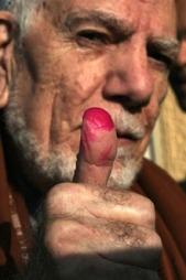 AVLAGT STEMME: En eldre egyptisk mann viser fram beviset for   at han har avlagt sin stemme. (Foto: Scanpix)