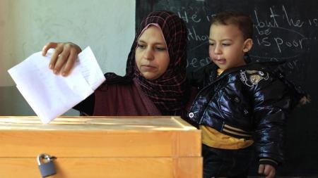 HISTORISK VALG: Valglokalene i Egypt åpnet klokken 8 mandag   morgen. Først i mars neste år er valgresultatet klart. (Foto: Scanpix)