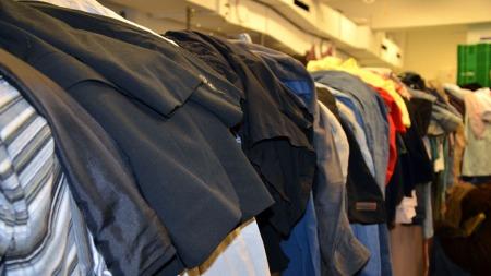 GIVERE: Det kommer daglig inn en mengde klær til fattighuset på Grønland hvor folk som ikke har råd til egne klær kan få det de trenger.  (Foto: Celine Normann / TV 2)