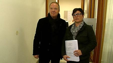OVERLEVERT: Her står tingrettsdommer Nina Opsahl med et eksemplar av rapporten hun fikk overlevert av Torgeir Husby. (Foto: TV 2)