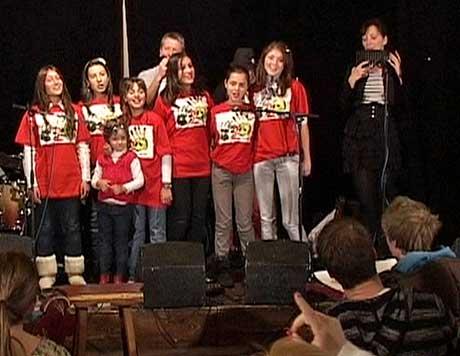 Her synger barna Bjørn Eidsvågs sang «Skyfri Himmel» på norsk.