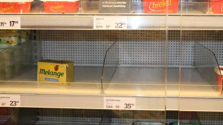 Tomme smørhyller er blitt et vanlig syn i dagligvareforretningene. (Foto: TV 2)