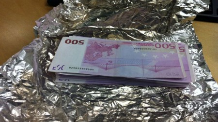 ALUMINIUMSFOLIE: 62.000 euro ble funnet i  brødet. Pengene var pakket inn i aluminiumsfolie. (Foto: TOLLVESENET)