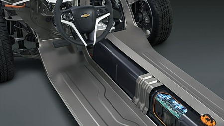 Lithium-ion-batteriene er lagret i midttunnellen og foran bakakselen, og er relativt godt skjermet ved kollisjon. Likevel har det vist seg at de kan skades på en måte som fører til brann både dager og uker etter sammenstøtet.