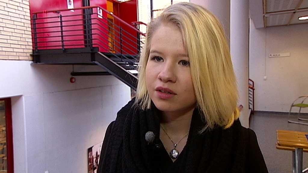 VARSLET OM MASSAKREN: Hege Haugland ringte faren umiddelbart da hun skjønte at det var noen som skjøt folk på Utøya. (Foto: Stein Akre)