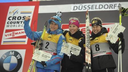 Kikkan Randall (midten) vant damenes sprint i tyske Düsseldorf. Natalia Matveeva (venstre) kapret andreplassen, mens sveitsiske Laurien van der Graaf tok tredjeplassen. (Foto: JOHANNES EISELE/Afp)