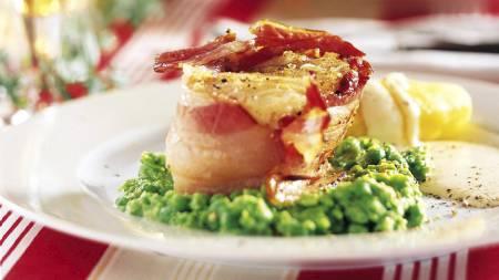 LUTEFISK: Spises over hele Norge, i Sverige og deler av Finland, men ikke i Danmark. Bacon, ertestuing, poteter og saus er vanlig tilbehør. (Foto: MatPrat/)