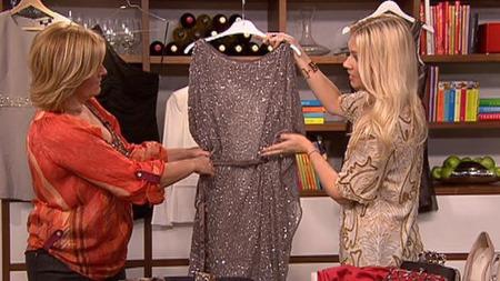 Silje Pedersen viser fram julens kjoler. Her med en sølv-tunika.