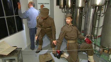 REKONSTRUKSJON: I Norsk industriarbeidermuseum på Vemork er øyeblikket da sprengladningene settes på plass i tungtvannsfabrikken gjenskapt. Rønneberg er til høyre i bildet. Den andre er Fredrik Kayser. (Foto: TV 2)