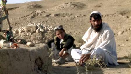 VED GRAVEN: Khal og onkelen Nak ber ofte graven til Chora. ¿ Jeg husker da vi begravet ham, og at vi gråt, forteller Khal.  (Foto: Anders Sømme Hammer)