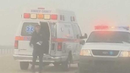 FIKK BEHANDLING: Flere personer pådro seg skader i kjempekollisjonen. Flere fikk behandling på stedet og kunne dra hjem. Minst en person skal ha mistet livet. Tett tåke skal være årsaken til ulykkene.  (Foto: CBS)