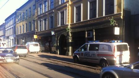TO GJERNINGSMENN: To væpnede menn løp fra stedet etter ranet.  (Foto: TV 2)