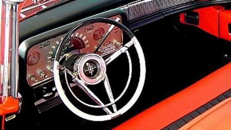 Bastant, flerfarget og med flotte linjer - rattet fulgte opp det øvrige formspråket på Lincolns og Continentals 1958-modeller på en glimrende måte. Foto: Ford Motor Company