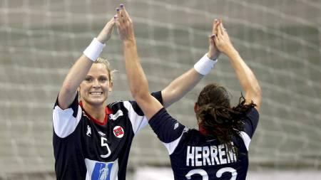 LAGVENNINNER I FORM: Ida Alstad og Camilla Herrem trives godt sammen både på landslaget og Byåsen. (Foto: Kallestad, Gorm/Scanpix)