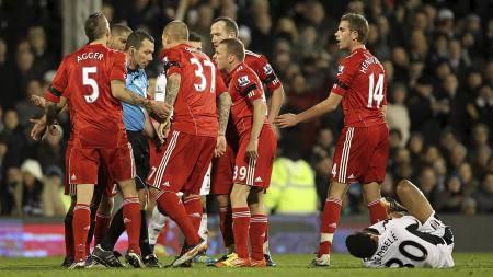 Liverpool er tiltalt etter denne episoden i kampen mot Fulham. Jay Spearings røde kort etter taklingen av Moussa Dembélé satte sinne i kok hos rødtrøyene. (Foto: Stephen Pond/Pa Photos)