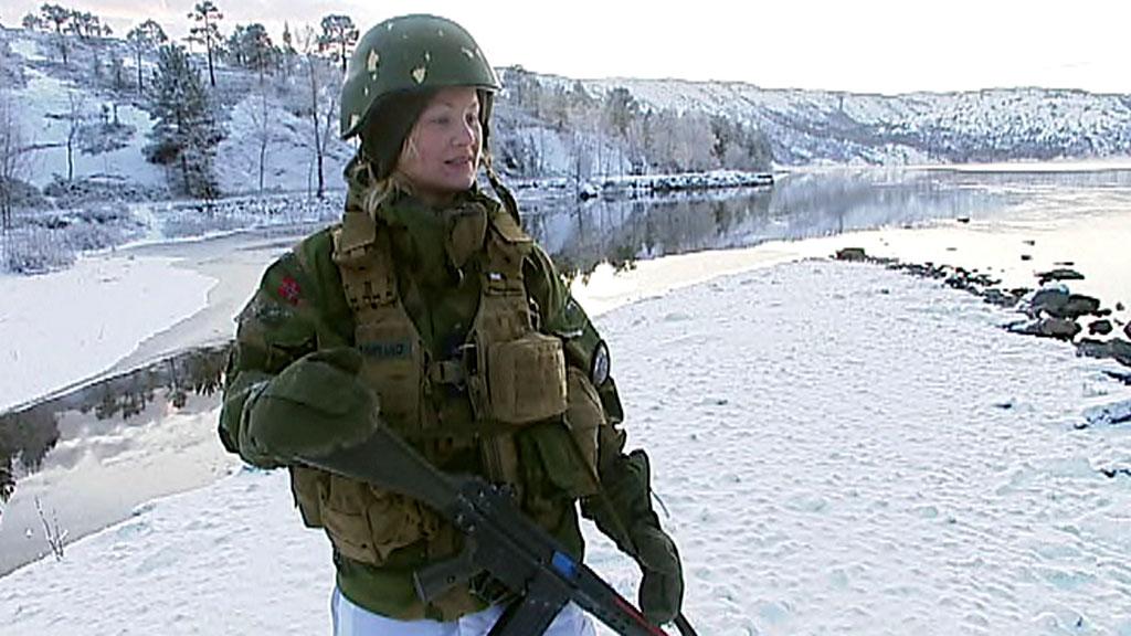 MÅTTE BADE: Alice Asplund ble beordret til å bade naken foran 30 mannlige medsoldater.  (Foto: TV 2)