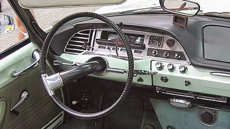 Én eneste ratt-eike som nærmest vrir seg ut av dashboardet var et tema som gikk igjen på mange Citroën-biler på 60- og 70-tallet. Her fra en 1968 DS 21 Pallas cabriolet. Foto: Arnaud 25 / Wikipedia Commons