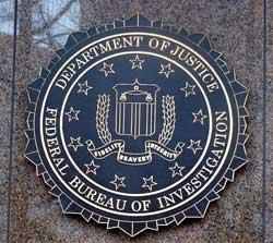 Skiltet ved inngangen bærer FBIs logo med mottoet «Fidelity, Bravery, Integrity». (Foto: Linn Marie Wiik)