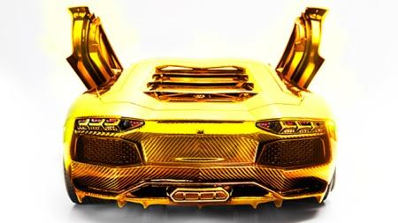 Modellen er meget detaljert, og karosseriet er bygget i karbonfiber - som deretter er belagt med bladgull over det hele.