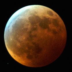 Fargen på månen varierer fra formørkelse til formørkelse. Dette bidlet er tatt 19. januar 2001. (Foto: Gorm Kallestad, SCANPIX)