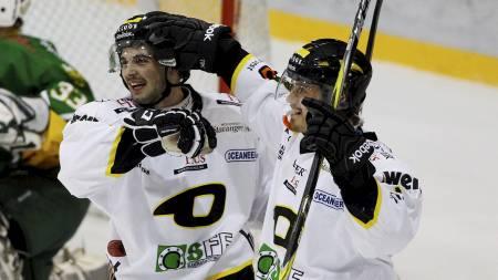 Stavanger Oilers' Peter Lorentzen (t.h.) gratuleres av Lukas Andersen David. (Foto: Aas, Erlend/SCANPIX)