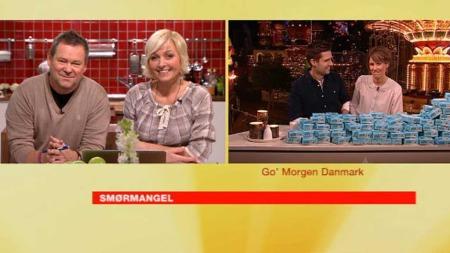 Her får Vår og Jan Øyvind sjenket 1000 pakker smør fra sine kolleger i Go' Morgen Danmark, Ida Wohlert og Morten Resen. (Foto: God morgen Norge)