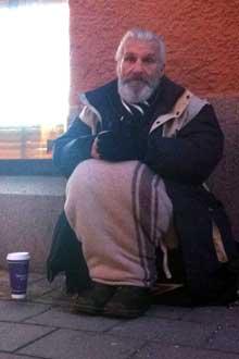 TØFT LIV: Ioans hverdag går til å tigge på gaten. Pengene han får, sendes til barna i hjemlandet.
