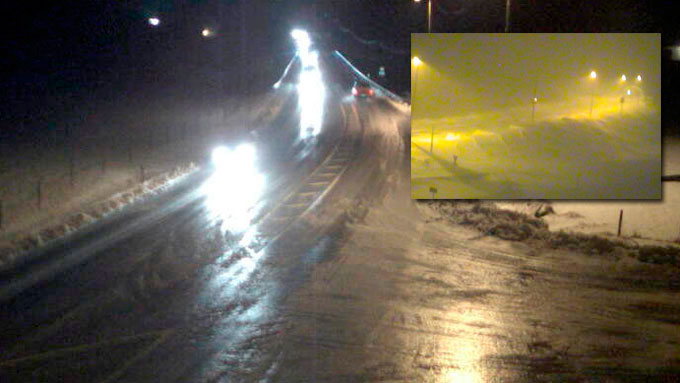 E39 ved Buekrossen i Rogaland klokken 20 torsdag. Sludd og regn har gjort veiene speilglatte. Det lille bildet er fra Haukelifjell, der veien er stengt på grunn av uvær. (Foto: Statens Vegvesen)