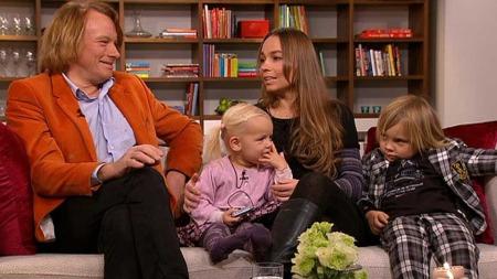 Jan Eggum og Kaja Huuse med sine to barn, Bastian (6) og Henikka (2) i God morgen Norges sofa på pappas bursdag.  (Foto: God morgen Norge)