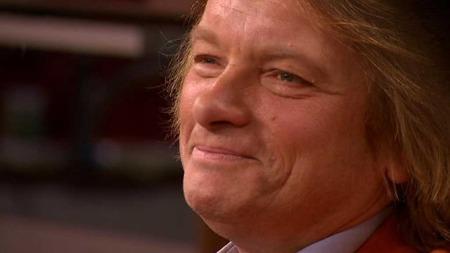 En rørt Jan Eggum tar i mot gratulasjoner på sin 60-årsdag.  (Foto: God morgen Norge)