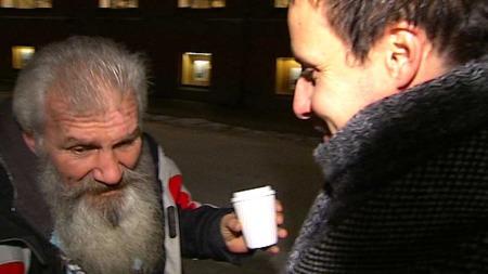 HJERTELIG GJENSYN: Knut Grønnvoll fikk en god klem da han oppsøkte Ioan på gaten etter at de kom hjem fra ferien. (Foto: TV 2)