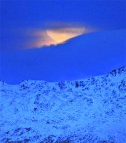 - Litt kjedelig å gå glipp av måneformørkelsen idag siden det blei overskyet i Tromsø, men men... Fikk et lite glimt av månen et par timer før hendelsen, over Ringvassøya. (Foto: Rune Stoltz Bertinussen)